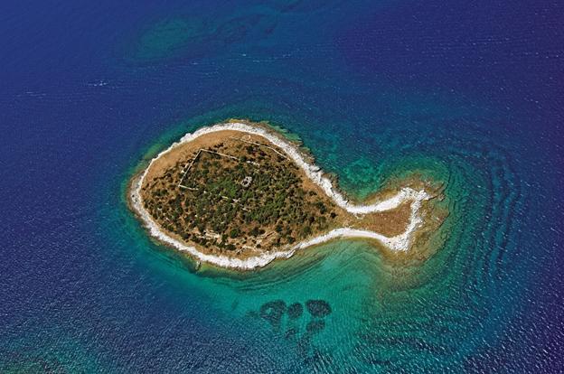 Остров в форме рыбки