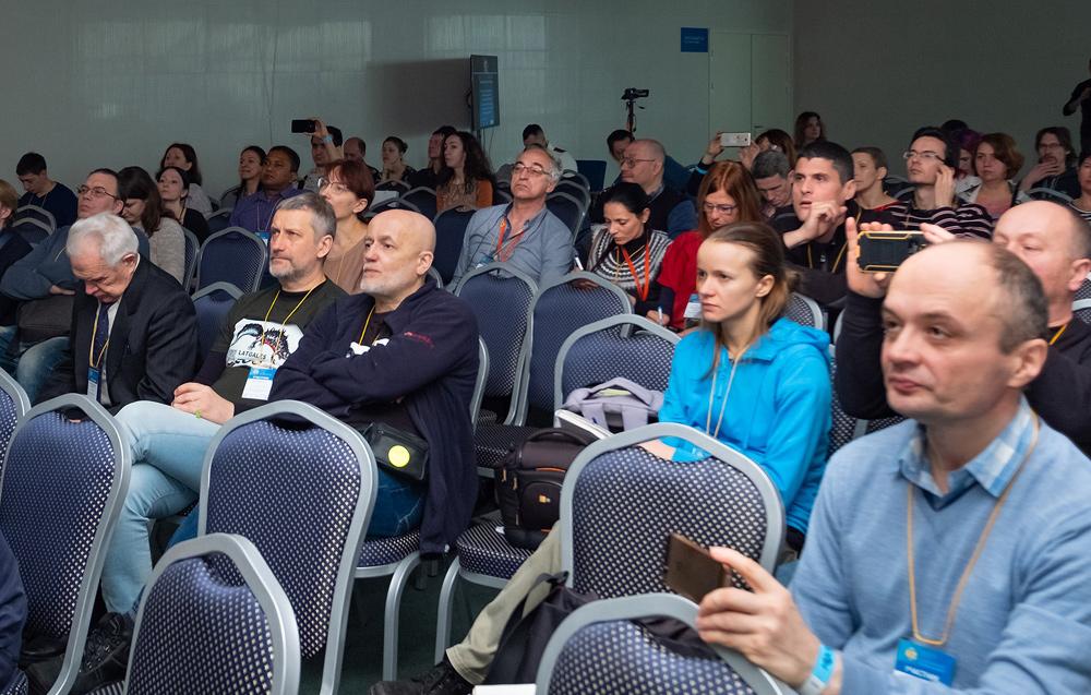 Слушатели конференции приехали из разных стран. В зрительном зале собрались россияне и украинцы, представители европейских стран